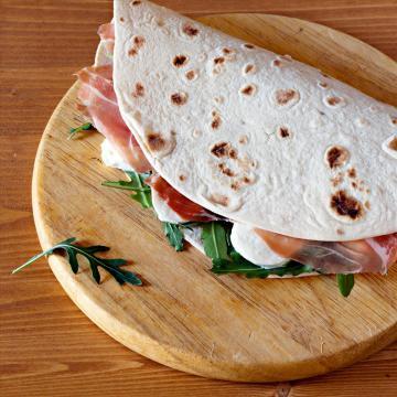 Piadina con prosciutto, mozzarella e rucola (dal web)