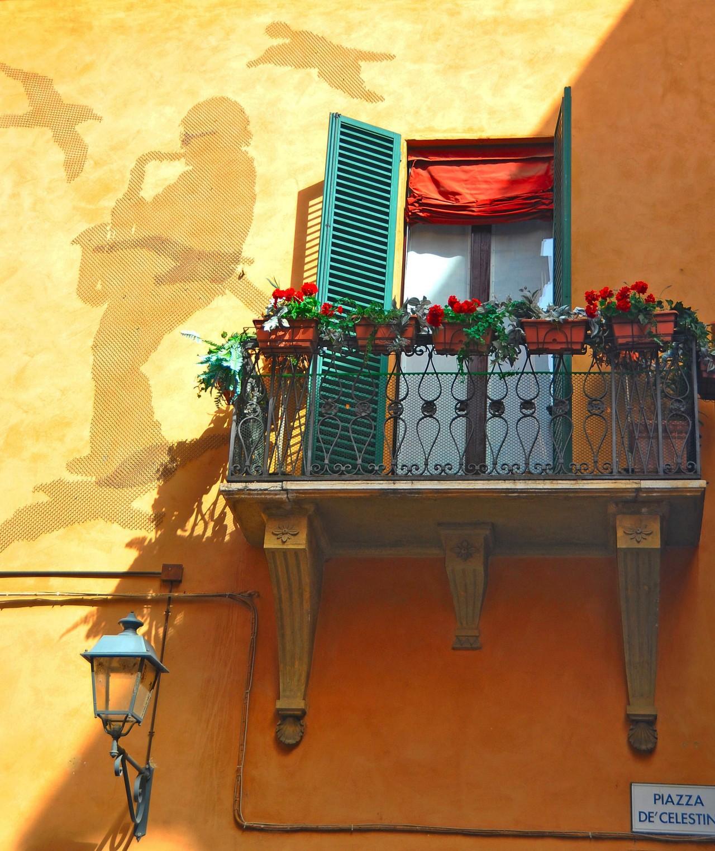 """""""L'ombra di Lucio"""", la sua sagoma sulla facciata della sua casa"""