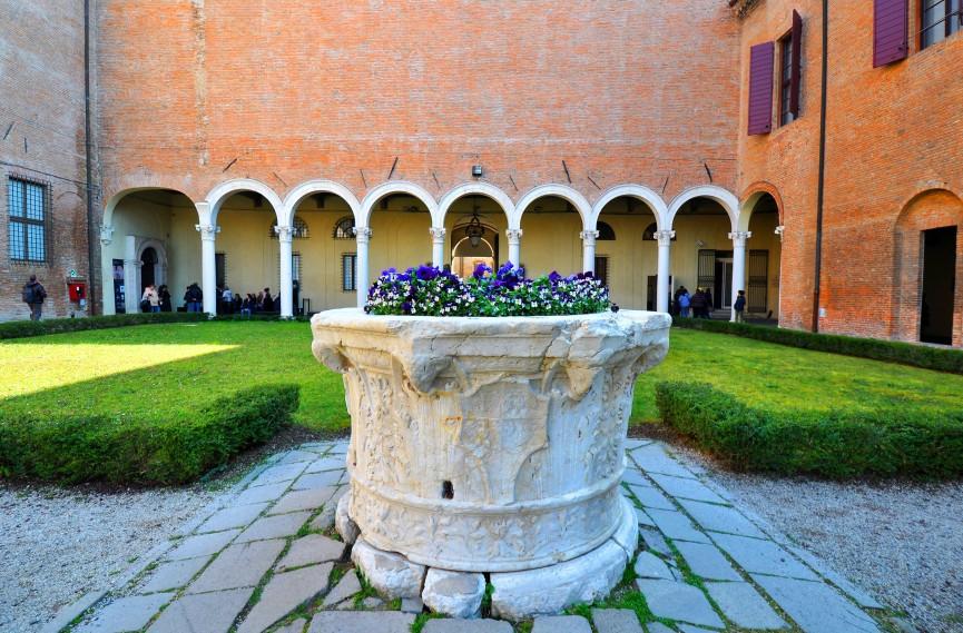 Palazzo dei Diamanti (cortile)