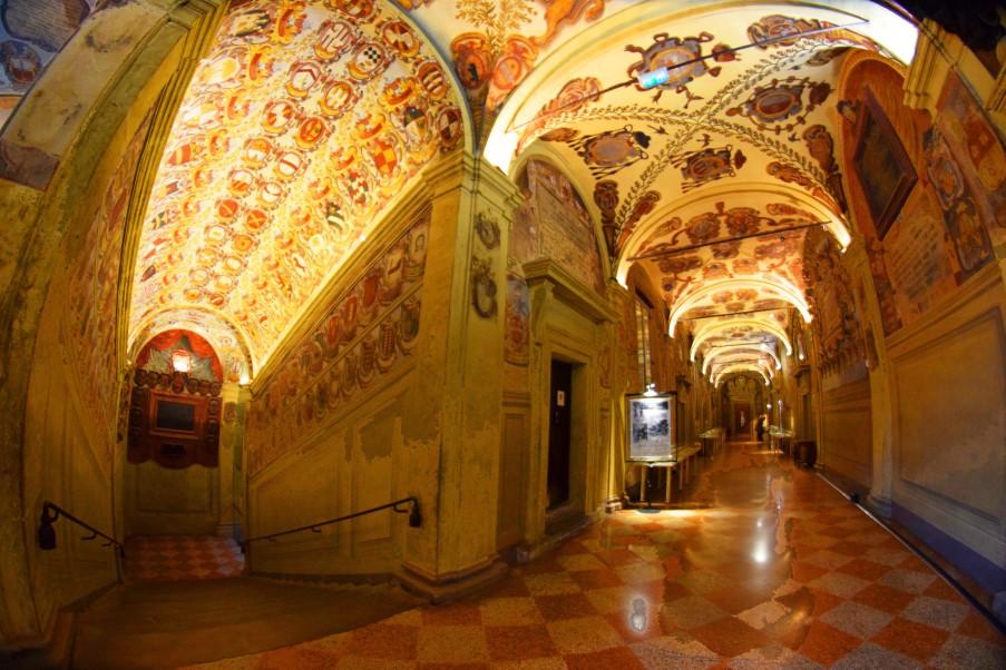 Scalone e corridoio dei Legisti (foto di Carlos Kwiek)