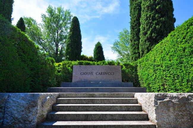 Campo Carducci. Tomba del poeta, accademico e premio Nobel.
