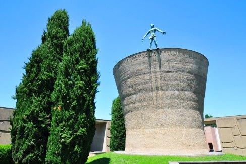 Progetto dell'arch. Pietro Bottoni. Statue in rame della moglie Stella Korczynska e di Jenny Wiegmann Mucchi.