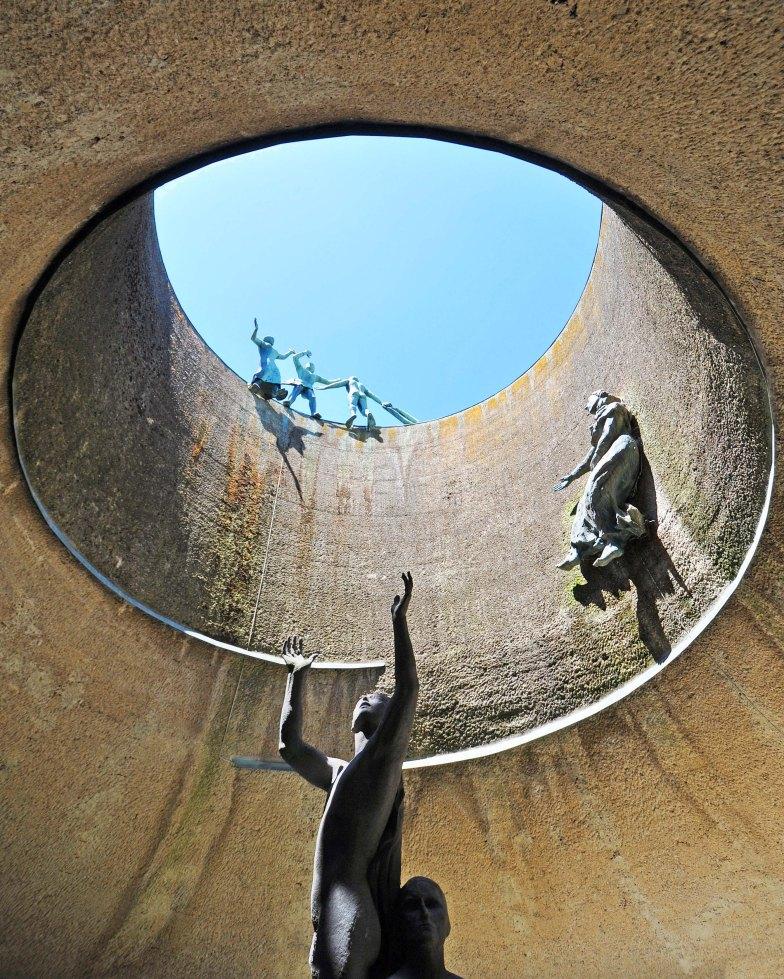 Progetto dell'arch. Pietro Bottoni autore anche della scultura in cemento al centro della vasca. Statue in rame della moglie Stella Korczynska e di Jenny Wiegmann Mucchi.