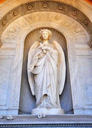 Accanto alla la tomba del fratello Teodoro, da lui commissionata agli stessi artisti tredici anni prima.