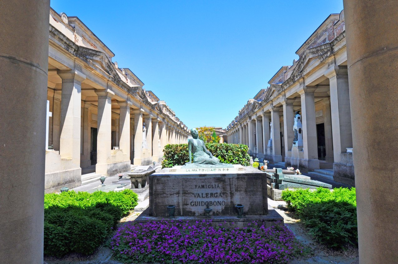 Chiostro IX. Entrata Monumentale. Opere dagli anni '30 ai '50. Area aggiunta sul lato est, verso la città. Un portico la unisce al Colle di S. Luca e al centro storico.