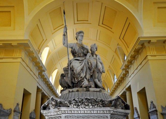 Colombario. Tomba Malvezzi-Angelelli. Gruppo iniziato per Elisa Bonaparte poi acquistato dal marchese Malvezzi Angelelli.