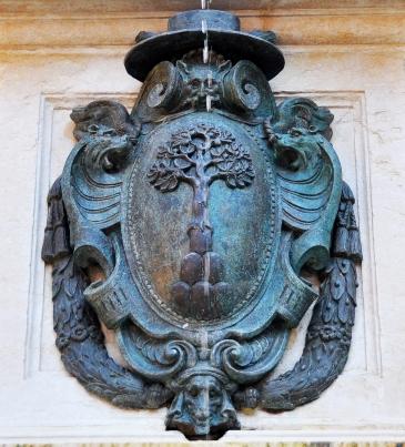 Stemma del vice-legato pontificio che commissionò la fontana