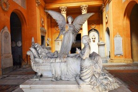 Galleria degli Angeli. Tomba Bisteghi. L'opera fu oggetto di critiche per l'eccessivo 'verismo' dei dettagli.