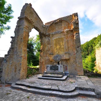 L'altare su cui cadde Don Ubaldo Marchioni. I civili furono spinti nel vicino cimitero e lì falciati dalle mitragliatrici delle SS.