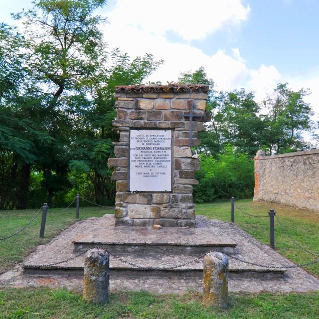 Cimitero di S. Martino. Targa dedicata al sacerdote martire Don Giovanni Fornasini.