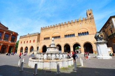 Piazza Cavour e la Fontana della Pigna