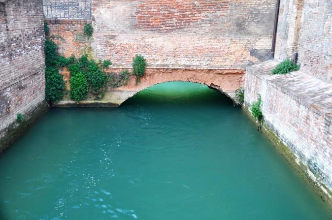 Il canale di Reno entra in città (da via della Grada).