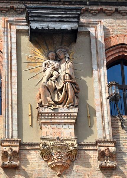 Palazzo Comunale, terracotta di Niccolò Dell'Arca (1435 ca.–1494)