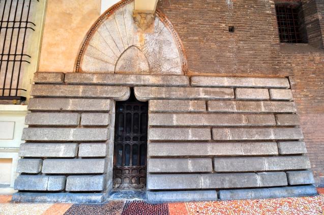 La base della torre sotto il portico