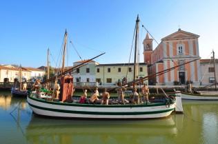 Lungo il porto canale, le casette del borgo marinaro