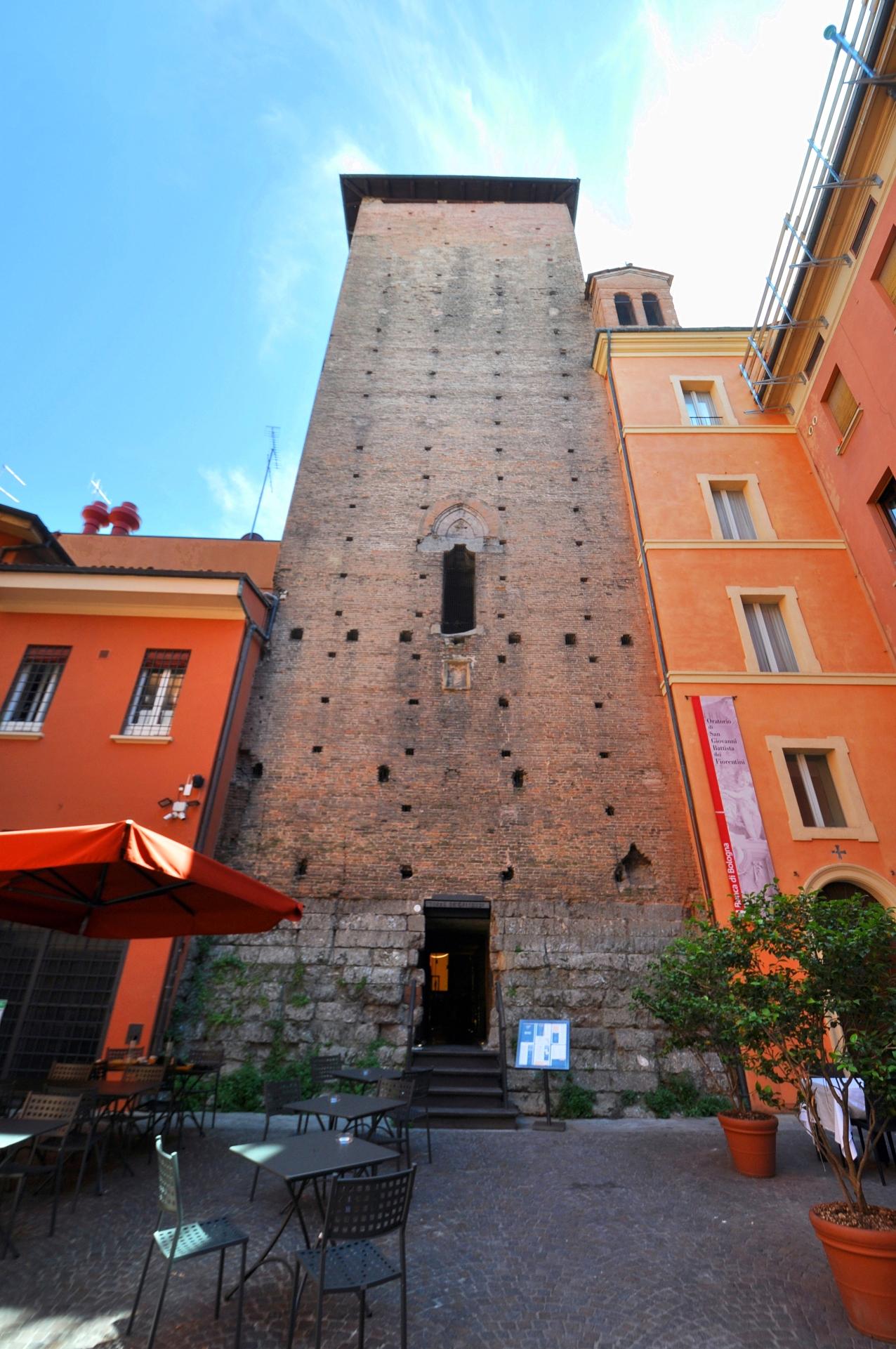 Torre Galluzzi, Corte de' Galluzzi ^