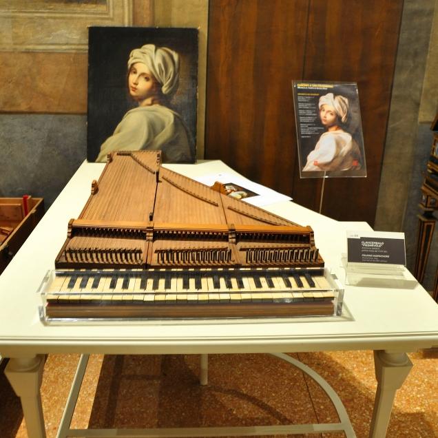 Sul tavolo copia del ritratto di Beatrice Cenci attribuito a Guido Reni.