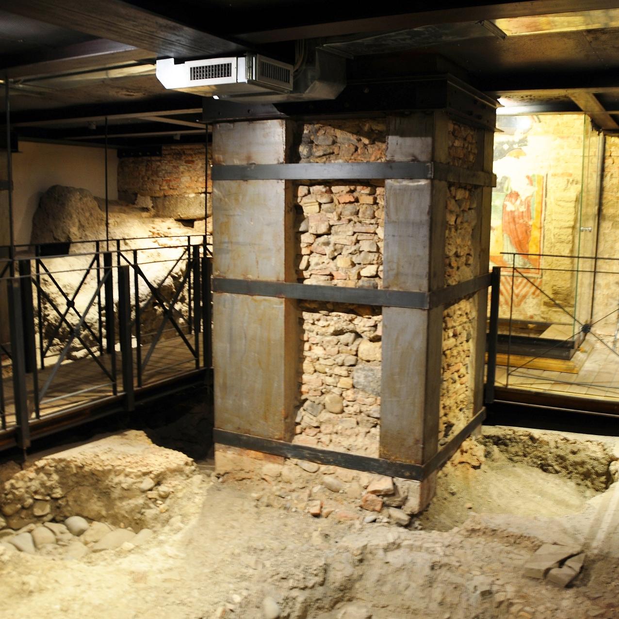 Cripta su fondazione in blocchi di selenite e di calcare.