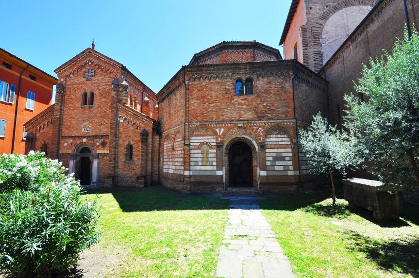 Da sx: Chiesa SS. Vitale e Agricola e Chiesa del Santo Sepolcro