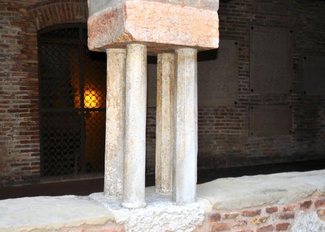 Loggiato inferiore, doppie colonne binate.