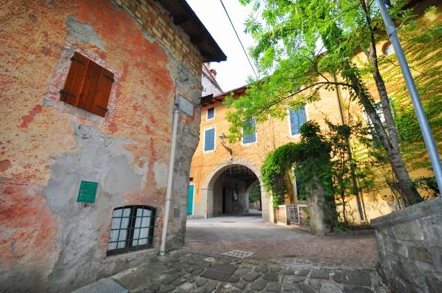 Il piccolo borgo antico sottostante